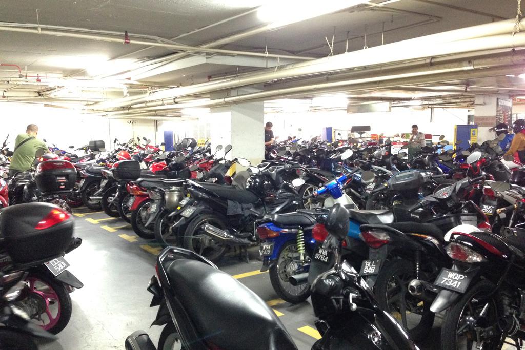 クアラルンプールは車・バイク社会。盗難も多いらしい。