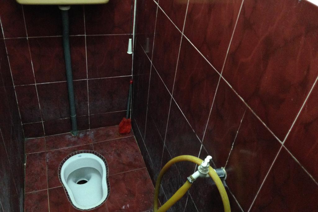 インド人の家のトイレにはもちろん紙はない。