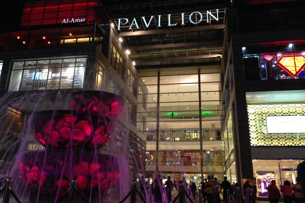 パビリオンの入り口の噴水は待ち合わせになっている。