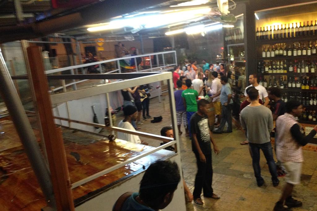立ち飲み客が山程いたので、ビールの値段を聞いたら3.1リンギだった。