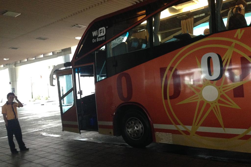 シンガポール行きの長距離バスが待ってる。