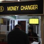 ミャンマーの空港では日本円は両替できない。