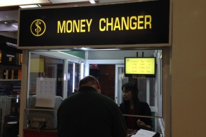 ミャンマー旅行でヤンゴンに到着したら両替できるのはドルとユーロとシンガポールドルの3通貨だけだった!