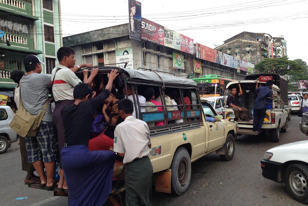 ミャンマーのジプニー?これは乗れないな。