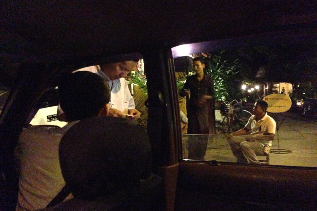 ミャンマーの夜道で道を訪ねる