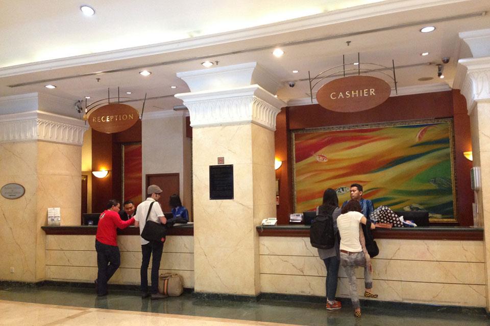 ラディウスホテルのフロントはよく混んでる