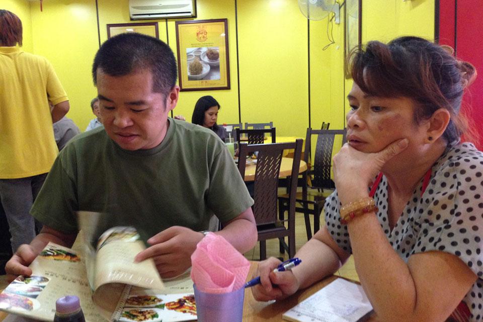 チャイナタウンで中華料理を注文中