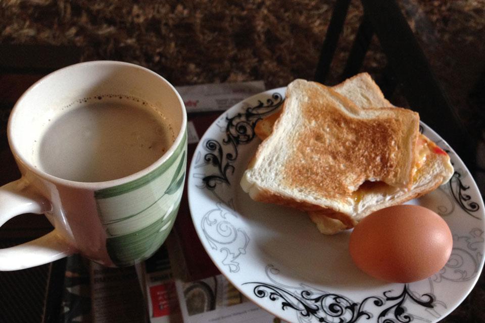 Eightゲストハウスは朝食付き。パンとタマゴとコーヒー