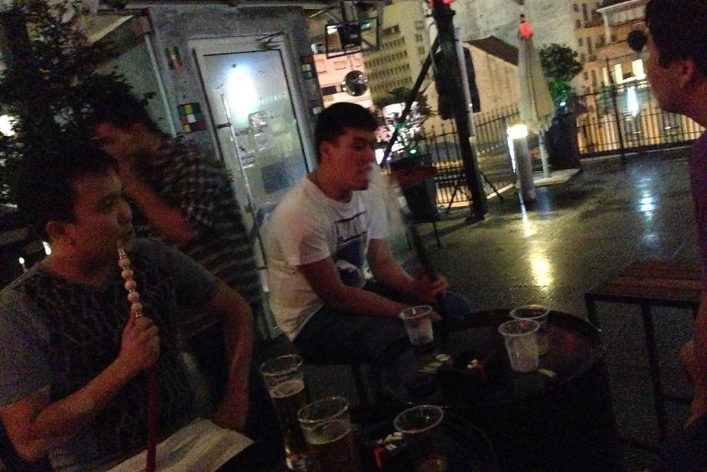 カザフスタンの人はずっと水タバコを吸ってます。