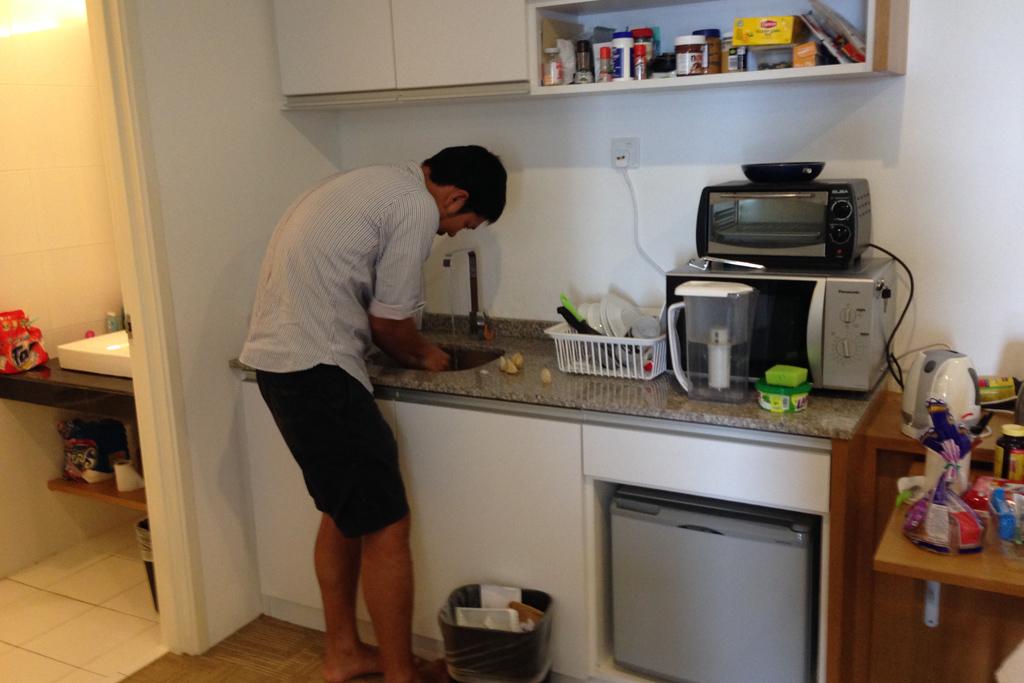 人の家のキッチンで石を洗う
