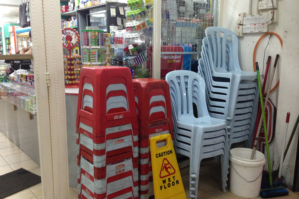 コンビニの前に椅子がある