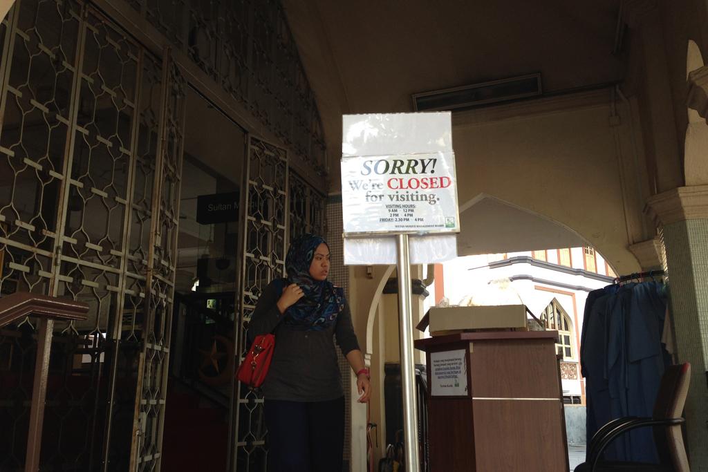 モスクの入場はもう終わってた。