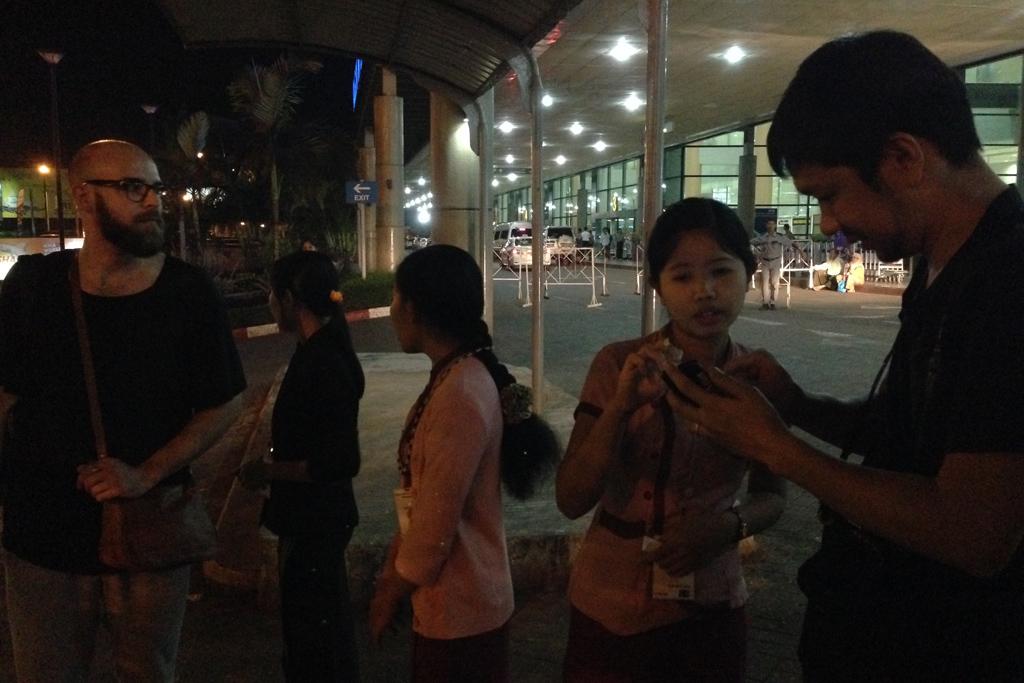 ミャンマーに到着、タクシーを探す。