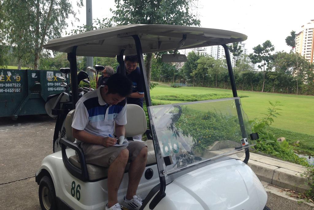マレーシアのゴルフ場でスコアを付ける