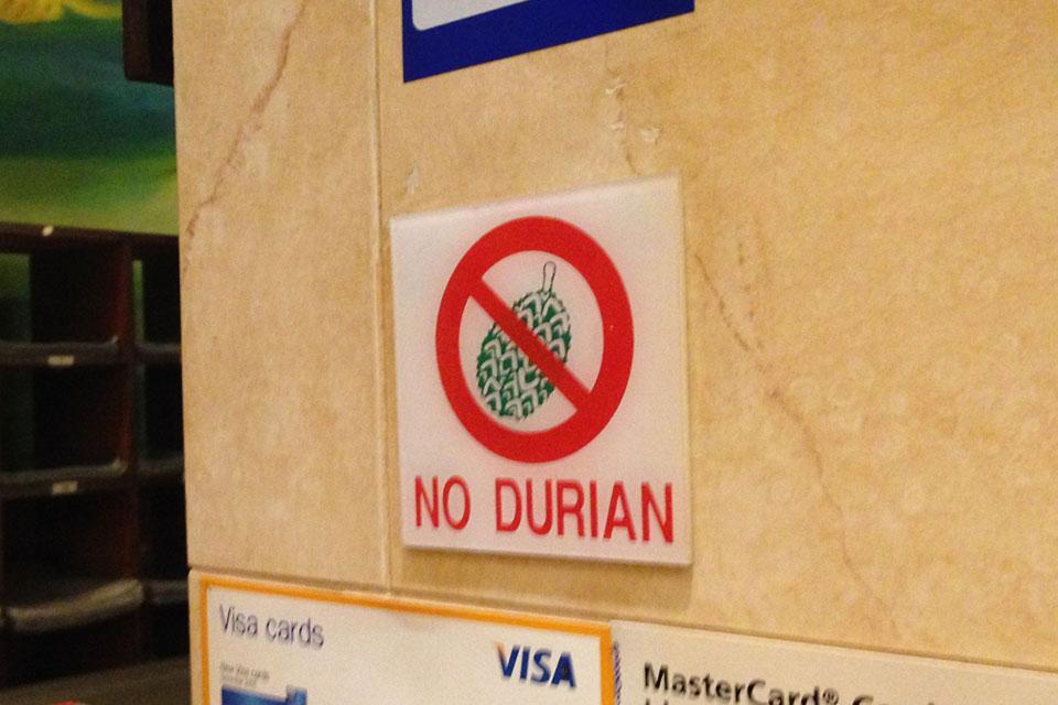 マレーシアのホテルでよく見るドリアン禁止マーク