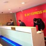 ブキビンタンのSky Express Hotelのフロント