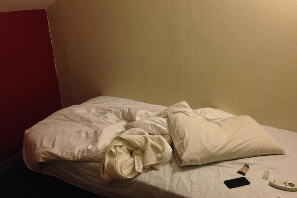 EIghtゲストハウスのシングルは超狭くて寝るだけです。