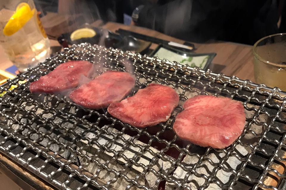 焼肉は焼いてくれるので食べるだけです。これはタン